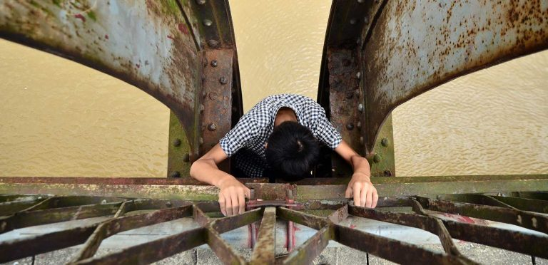 Meet the kids - Cuong's Story - Cuong crawling into his shelter under Long Biên Bridge in Hanoi